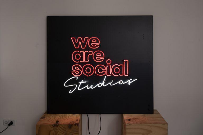 Lichtschild 2farbig für We Are Social
