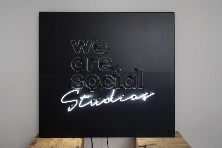 detail nulight lichtschild fuer we are social Neon halbbetrieb