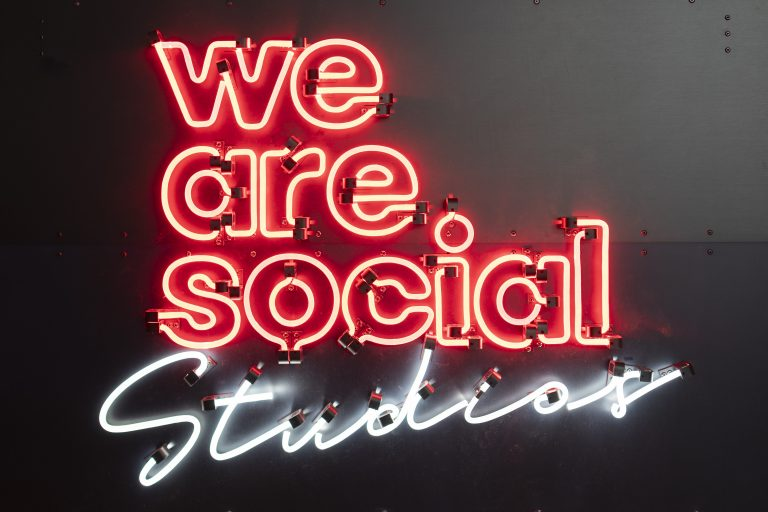 detail nulight lichtschild fuer we are social individuell full power