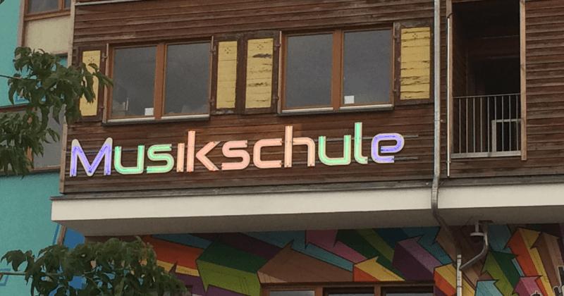 Outdoor Neonschriftzug aus Plexiglas