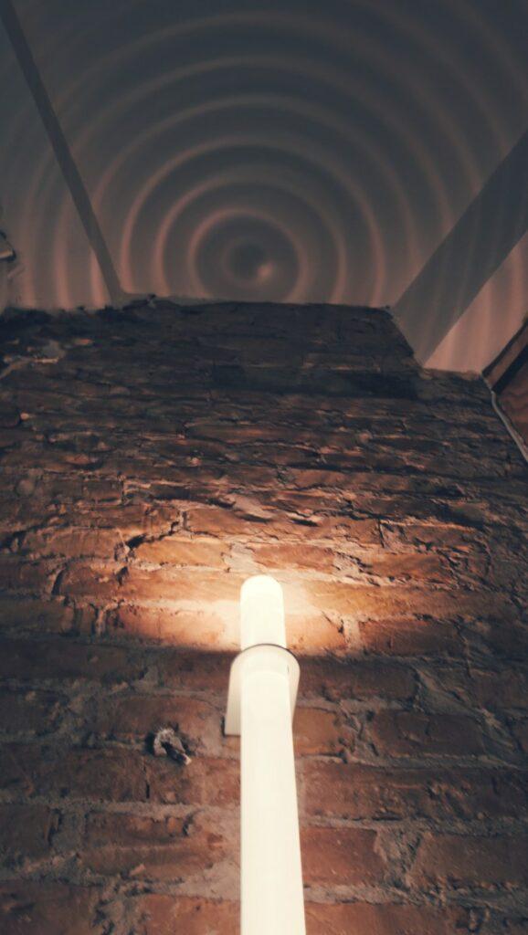 Die Nûon 40 Plexiglaslampe wirft ein wunderschönes Lichtspiel aus konzentrischen Kreisen