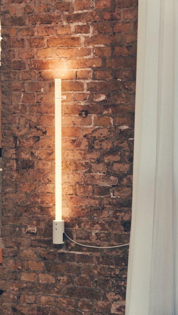 Die Nûon 40 Plexiglaslampe wird bei voller warmweißer Beleuchtung