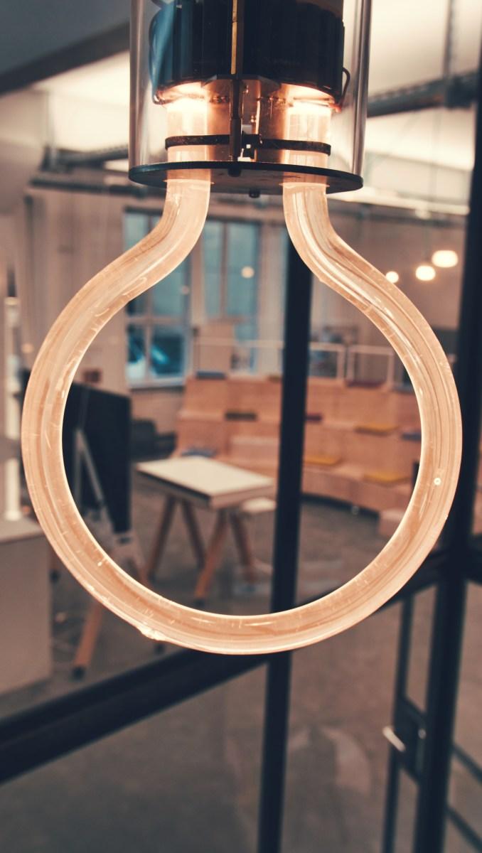 Tweenie Pendelleuchte mit diffus und homogen beleuchtetem Plexiglasstab