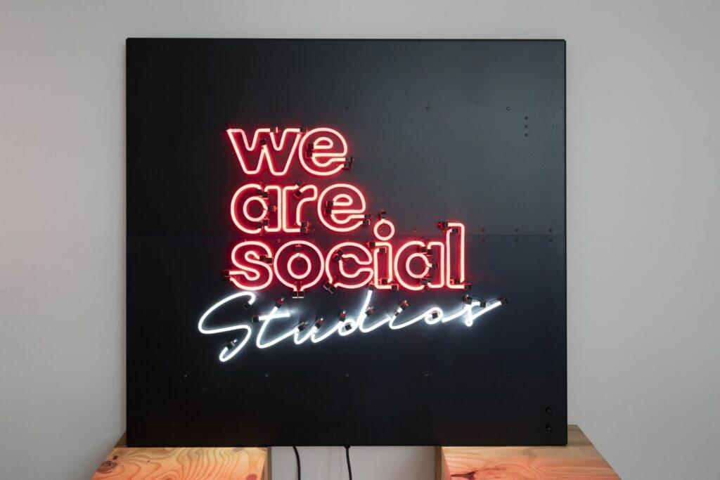 NuSign Neon Leuchtschrift von Nulight, Plexiglas basiertes Lichtschild für Kunden We Are Social Studios